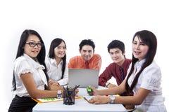 Biznesu drużynowy działanie na laptopie Fotografia Royalty Free