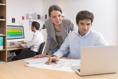 Biznesu drużynowy działanie na laptopie w biurze Obraz Royalty Free
