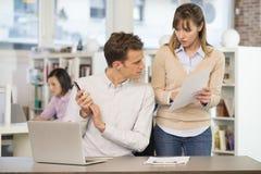 Biznesu drużynowy działanie w biurze, biznesmen na telefonie Obraz Stock