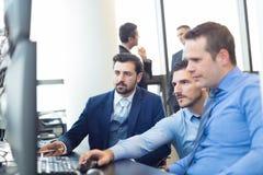Biznesu drużynowy działanie w korporacyjnym biurze obrazy royalty free
