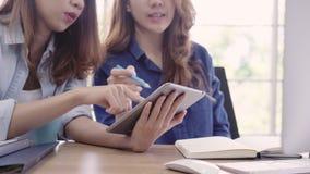 Biznesu drużynowy działanie wpólnie na komputerze w biurze Fachowe biznesowe kobiety pracuje przy jej biurem zbiory