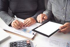 Biznesu drużynowy działanie z dokumentu finanse i pastylka w otwartym fotografia royalty free