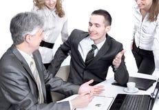 Biznesu drużynowy działanie z pieniężnymi dokumentami w biurze obrazy royalty free