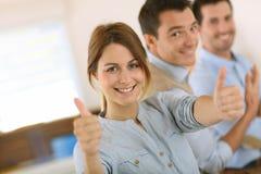 Biznesu drużynowy obsiadanie w biurze z pozytywnym wyrażeniem zdjęcia royalty free