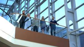 Biznesu drużynowy odprowadzenie w szklanym budynku zbiory