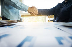Biznesu drużynowy pojęcie, dwa ludzie biznesu trząść ręki podczas gdy s Zdjęcia Royalty Free