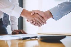 Biznesu drużynowy powitanie i wykończeniowy up spotkanie, Dwa biznes zdjęcia stock