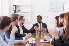 Biznesu drużynowy spotkanie młoda pomyślna drużyna z czarnym męskim szefem fotografia stock