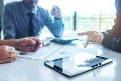 Biznesu drużynowy spotkanie pracuje na cyfrowej pastylki nowy biznesowy pro zdjęcia stock