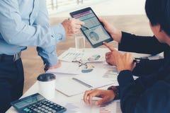 Biznesu drużynowy spotkanie pracuje na cyfrowej pastylki nowy biznesowy pro obrazy stock