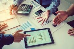 Biznesu drużynowy spotkanie pracuje na cyfrowej pastylki nowy biznesowy pro obraz stock