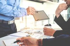 Biznesu drużynowy spotkanie pracuje na cyfrowej pastylki nowy biznesowy pro obraz royalty free
