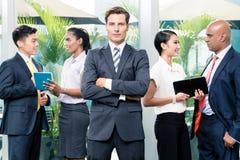 Biznesu drużynowy spotkanie z mężczyzna w frontowej patrzeje kamerze Obrazy Royalty Free