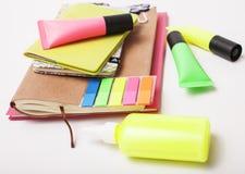 Biznesu, edukaci i technologii pojęcie, - zamyka up notatnik, papierowi majchery, ołówka różny materiał na bielu Zdjęcie Royalty Free