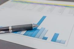 Biznesu finanse papieru mapa na biurku zdjęcia stock