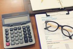 Biznesu i finanse pojęcie analiza sporządza mapę, eyeglasses i kalkulator obraz stock