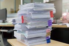 Biznesu i finanse pojęcie biurowy działanie, stos niedokończeni dokumenty na biurowym biurku Obrazy Royalty Free