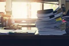 Biznesu i finanse pojęcie biurowy działanie, stos niedokończeni dokumenty na biurowym biurku Zdjęcie Stock