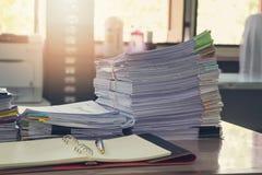 Biznesu i finanse pojęcie biurowy działanie, stos niedokończeni dokumenty na biurowym biurku Fotografia Royalty Free