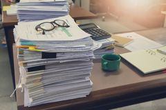 Biznesu i finanse pojęcie biurowy działanie, stos niedokończeni dokumenty na biurowym biurku, Obraz Royalty Free