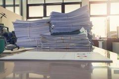 Biznesu i finanse pojęcie biurowy działanie, stos niedokończeni dokumenty na biurowym biurku, Obrazy Stock