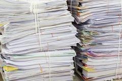 Biznesu i finanse pojęcie biurowy działanie, stos niedokończeni dokumenty na biurowym biurku Fotografia Stock