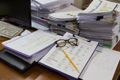 Biznesu i finanse pojęcie biurowy działanie, stos niedokończeni dokumenty na biurowym biurku Zdjęcia Stock