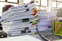 Biznesu i finanse pojęcie biurowy działanie, stos niedokończeni dokumenty na biurowym biurku, Zdjęcia Stock