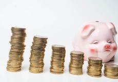 Biznesu lub finanse oszczędzania pojęcia menchii prosiątka bank z stertą monety na białym tle z kopii przestrzenią obrazy royalty free