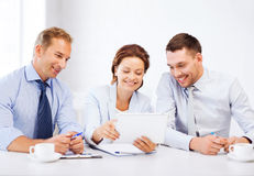 Biznesu pastylki drużynowy patrzeje komputer osobisty w biurze Zdjęcie Royalty Free