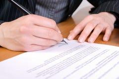 biznesu podpisywania kontraktacyjna kobieta Fotografia Stock