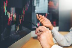 Biznesu przedsiębiorcy handlu Drużynowy Inwestorski dyskutować i analiza wykresu rynek papierów wartościowych handel, akcyjny map obraz royalty free