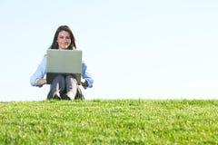 biznesu śródpolna laptopu kobieta Zdjęcie Royalty Free