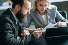 Biznesu spotkania dokumentu analizy drużynowy biuro obraz stock