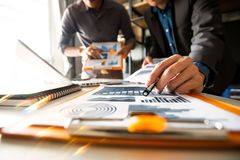 Biznesu spotkania drużynowa teraźniejszość fachowy inwestor pracuje z nowym początkowym projektem fotografia royalty free