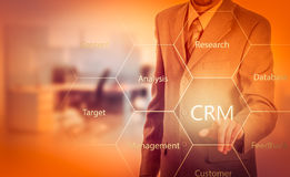 Biznesu, technologii, interneta i klienta związku zarządzania pojęcie, Biznesmena crm naciskowy guzik na wirtualnych ekranach Obrazy Royalty Free