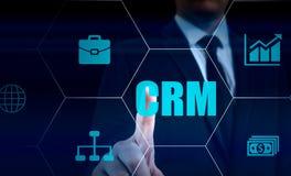 Biznesu, technologii, interneta i klienta związku zarządzania pojęcie, Biznesmena crm naciskowy guzik na wirtualnym Obrazy Stock