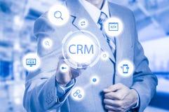 Biznesu, technologii, interneta i klienta związku zarządzania pojęcie, Biznesmena crm naciskowy guzik na wirtualnym Zdjęcie Stock