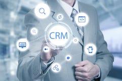 Biznesu, technologii, interneta i klienta związku zarządzania pojęcie, Biznesmena crm naciskowy guzik na wirtualnym Zdjęcie Royalty Free