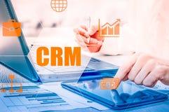 Biznesu, technologii, interneta i networking pojęcie, Biznesmen pracuje na jego laptopie w biurze, wybiera ikonę CRM Custo Obraz Royalty Free