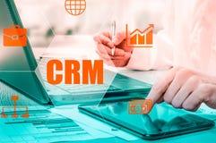 Biznesu, technologii, interneta i networking pojęcie, Biznesmen pracuje na jego laptopie w biurze, wybiera ikonę CRM Custo Zdjęcie Royalty Free