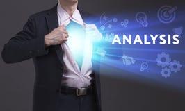 Biznesu, technologii, interneta i sieci pojęcie, Młody biznesmen pokazuje słowo: Analiza obrazy stock