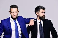 Biznesu, zaufania i pracy zespołowej pojęcie, Biznesmeni z ufnymi twarzami zdjęcie royalty free