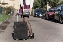 biznesu zegarów pojęcia różna pokazywać czas timezone podróż Kobieta z podróży torbą na ulicie, dostaje przygotowywający dla jorn Zdjęcia Royalty Free