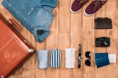 biznesu zegarów pojęcia różna pokazywać czas timezone podróż Mieszkanie kłaść z walizką, odziewa, kamera, portfel i paszporty, Zdjęcie Royalty Free