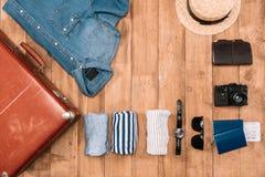 biznesu zegarów pojęcia różna pokazywać czas timezone podróż Mieszkanie kłaść z walizką, odziewa, kamera, portfel i paszporty, Obrazy Royalty Free