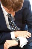 biznesu zegar on mężczyzna target145_1_ Zdjęcia Stock