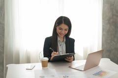 bizneswomanów azjatykci piękni potomstwa Szczęśliwy działanie w jej workst Zdjęcie Stock