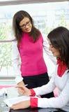 bizneswomanów biurka działanie Zdjęcia Stock