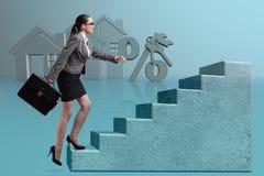 Bizneswomanów chodzący wspinaczkowi schodki w hipotece Obrazy Stock
